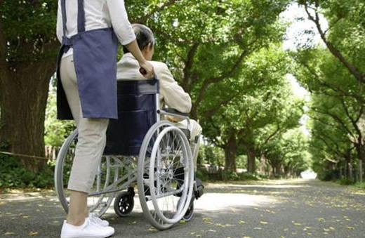 娶台灣女生!?等著坐著輪椅讓外勞推您去看小孩打球!?