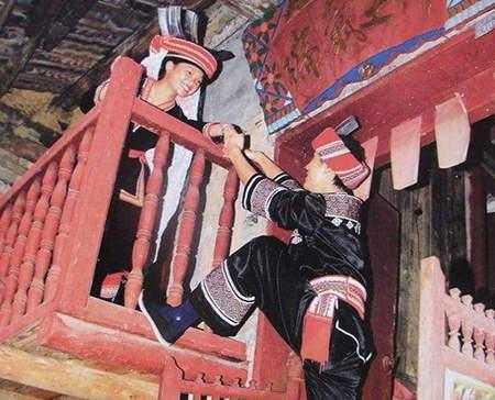 瑤族最具特色的爬樓戀愛習俗
